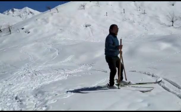 लाहुल घाटी में बर्फ  के बीच स्कीइंग का मजा ले रहे युवा