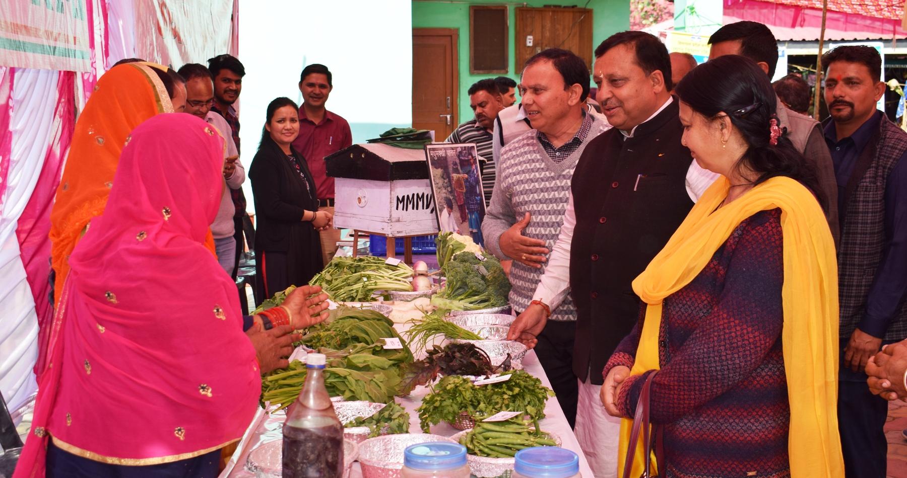 किसानों के खेतों में जाकर काम करें विभाग के अधिकारीः वीरेंद्र कंवर