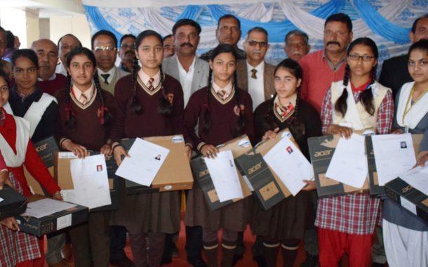 हरोली लघु सचिवालय में प्रो. राम कुमार ने 90 मेधावी विद्यार्थियों को बांटे लैपटॉप
