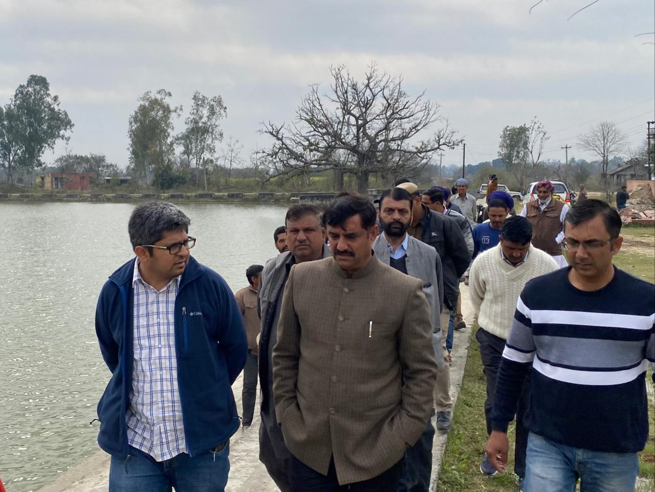 पूबोवाल के तालाब के सौन्दर्यीकरण को लेकर प्रो राम कुमार ने अधिकारियों संग किया निरीक्षण