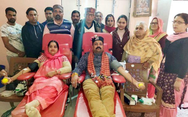 रक्तदानशिविर की शुरूआत प्रधान प्रवीण शर्मा व उनकी पत्नी ममता शर्मा ने रक्तदान कर की दोपहर तक करीब 31 ने किया रक्तदान