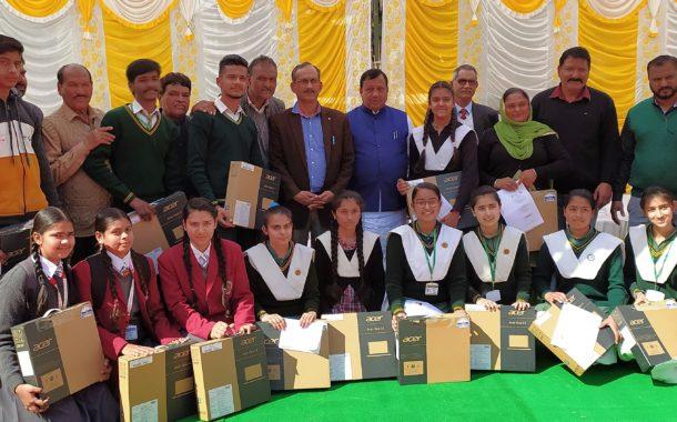कंवर व सत्ती ने ऊना जिला के 253 मेधावी विद्यार्थियों को वितरित किए लैपटॉप