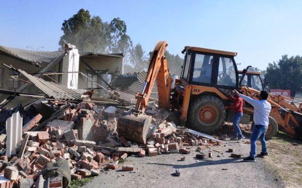 नगर निगम की डैमोलिशन टीम ने ग्रीन बेल्ट में बने खाना-पानी ढाबे को गिराया, चेतावनी- दोबारा निर्माण किया तो होगी कार्रवाई