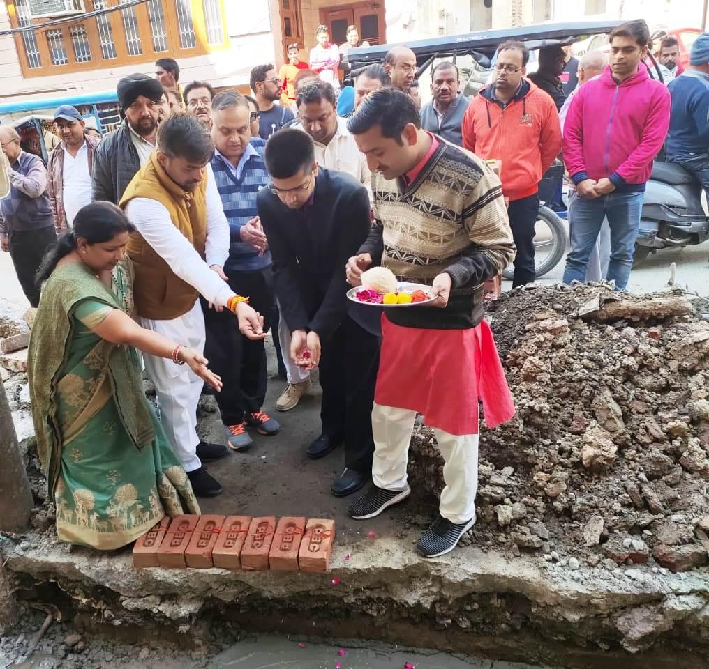 महापौर ने वार्ड-15 में नाले का निर्माण कार्य करवाया शुरू, नागरिको की वर्षों पुरानी मांग को किया पूरा