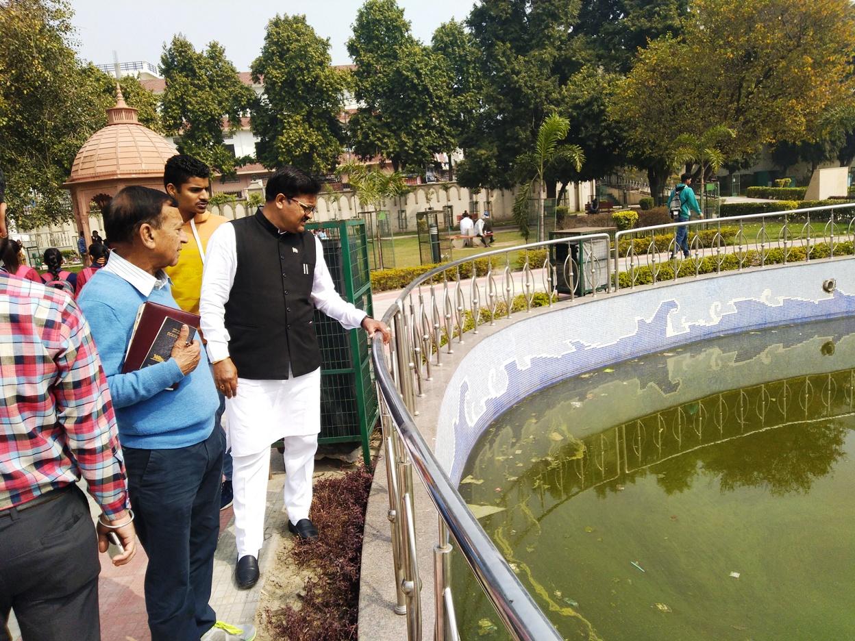 स्वच्छ भारत मिशन के वाईस चेयरमैन सुभाष चंद्र ने किया शहर के पार्कों का औचक निरीक्षण, टूटे शौचालय, सफाई व्यवस्था और सुरक्षा पर निगम अधिकारियों को लगाई फटकार