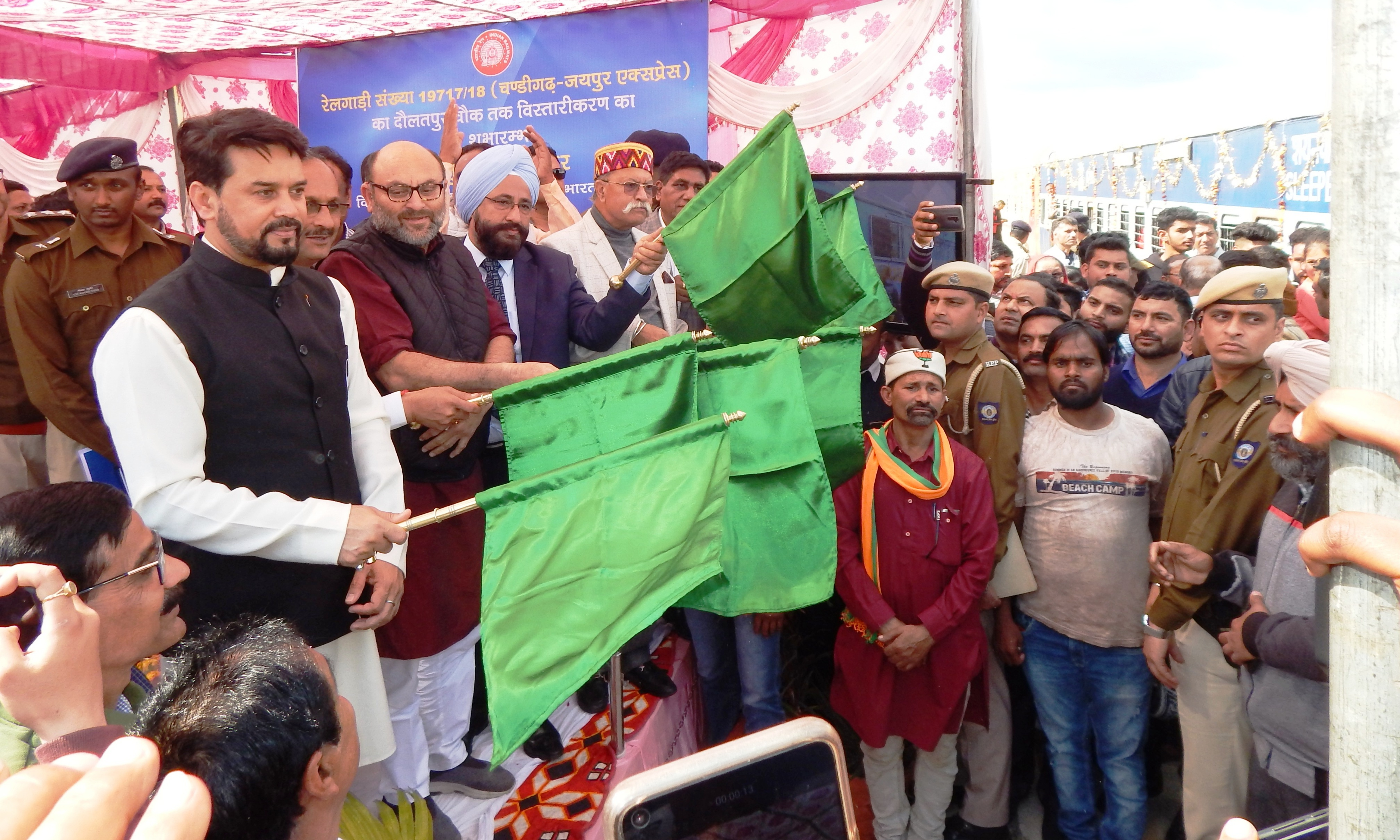 अनुराग ठाकुर ने जयपुर इंटर सिटी एक्सप्रैस ट्रेन को दिखाई हरी झंडी