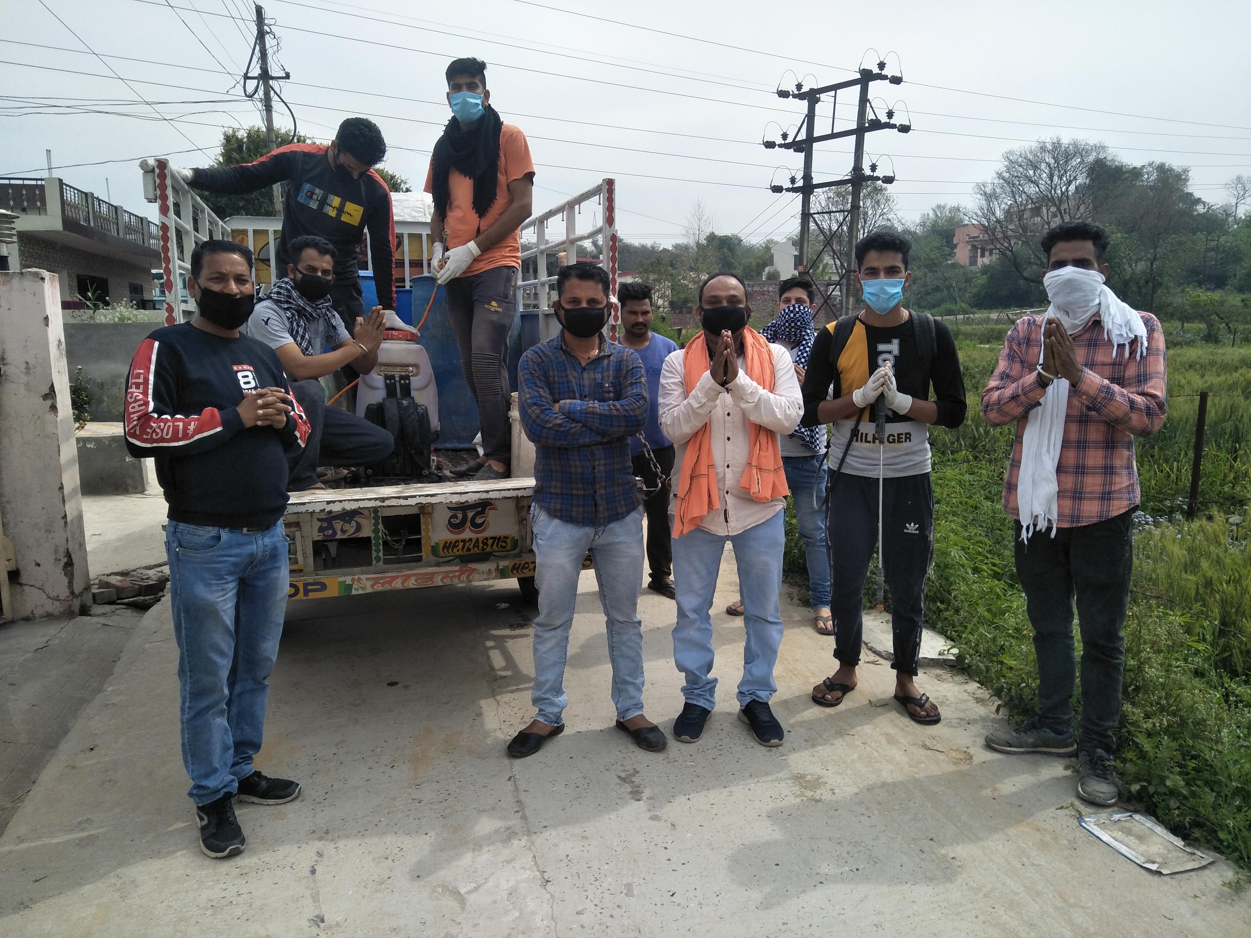 कोरोना वायरस की रोकथाम के लिएशिव शक्ति क्लब के सदस्यों ने मलाहत गांव में किया दवाई का छिडकाव