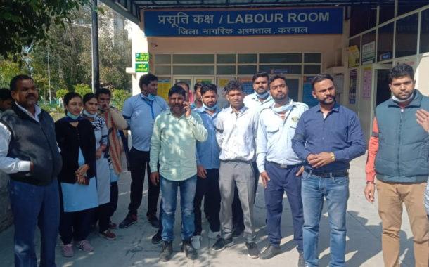 रोजगार सुरक्षा, स्थाई रोजगार व 24000 रुपये न्यूनतम वेतन की मांग को लेकर स्वास्थ्य विभाग के ठेका कर्मचारियों ने काले बिल्ले लगाकर रोष प्रकट किया।