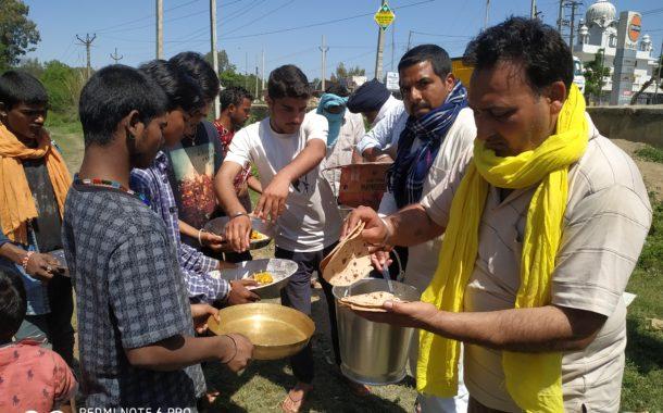 गरीब लोगों की सहायता के लिए झुग्गी-झोपडय़िों में बांटा गया राशन