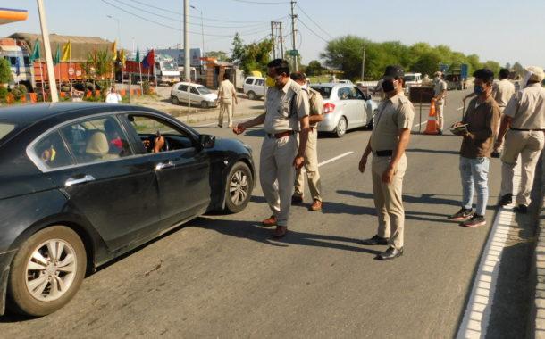 डीएसपी निगरानी में पुलिस ने नाकाबंदी लगाकर की चैंकिंग