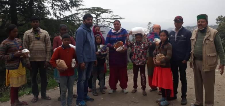 शिमला प्रेस क्लब ने स्नो व्यू में नेपाल व झारखंड के बेसहारा परिवारों को पहुंचाया राशन