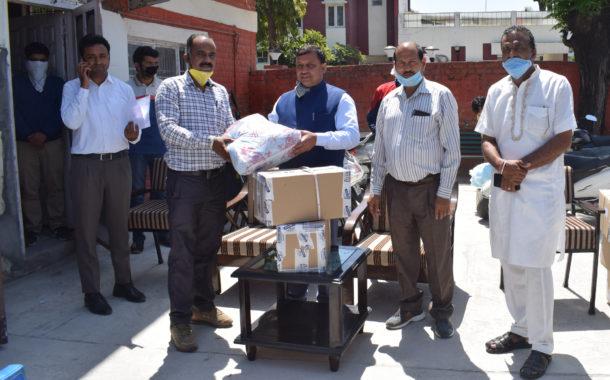 ग्रामीण विकास मंत्री वीरेंद्र कंवर ने प्रदान किए मास्क व सैनिटाइजर