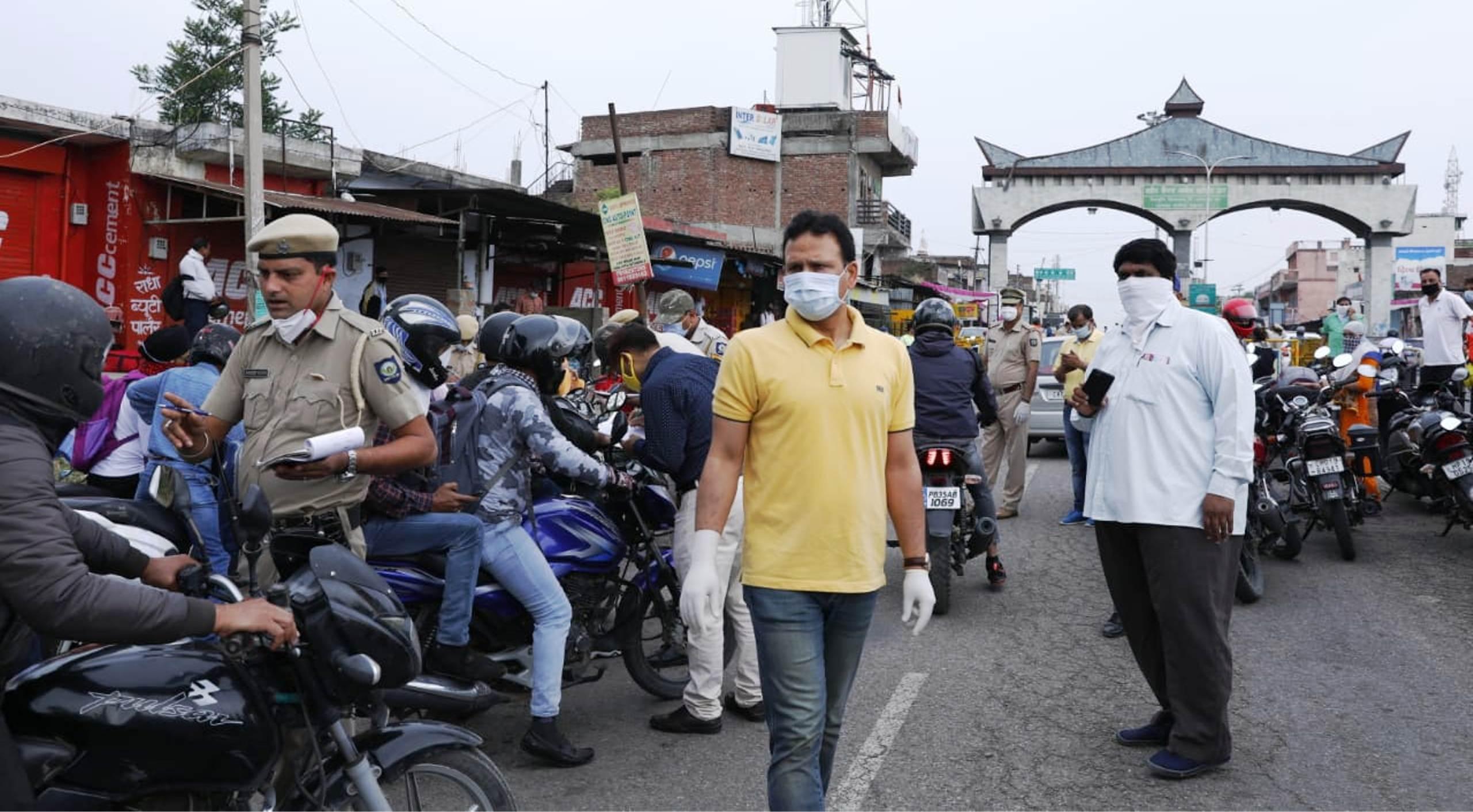कर्फ्यू में ढील बढ़ने के बाद जायजा लेने सड़क पर उतरे डीसी ऊना संदीप कुमार, कई वाहन जब्त
