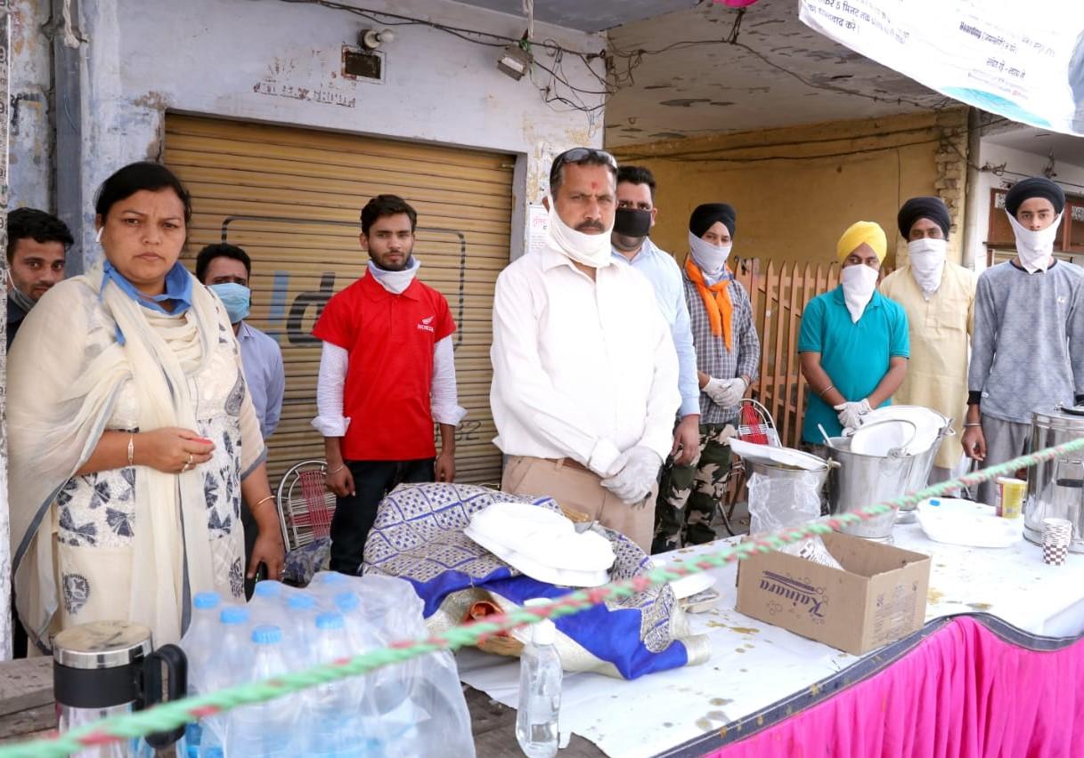एमएच होंडा ग्रुप ने लोगों को खाद्य पदार्थ वितरित किए