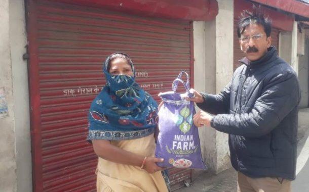 प्रेस क्लब शिमला ने 38 गरीब लोगों को बांटी खाद्य सामग्री