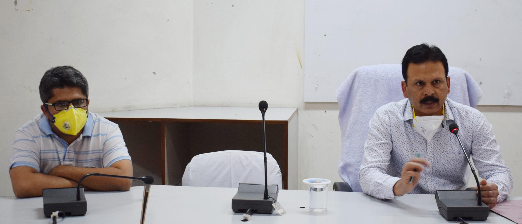 होम क्वारंटीन का उल्लंघन करने वालों पर दर्ज कराएं मामलाः डीसी संदीप कुमार