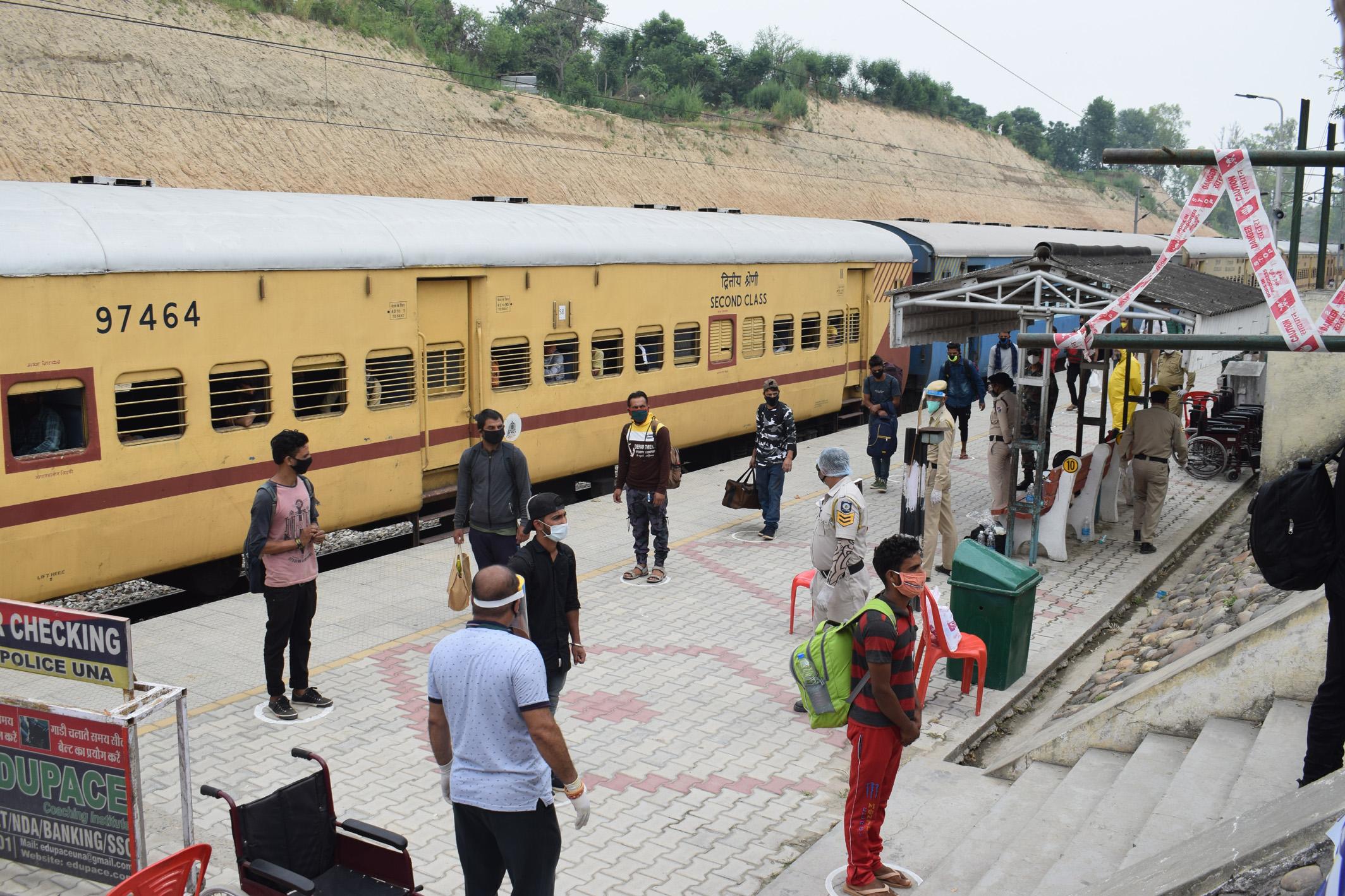 पहली ट्रेन से 643 यात्री कर्नाटक से लौटे, चेहरों पर तैरी मुस्कुराहट