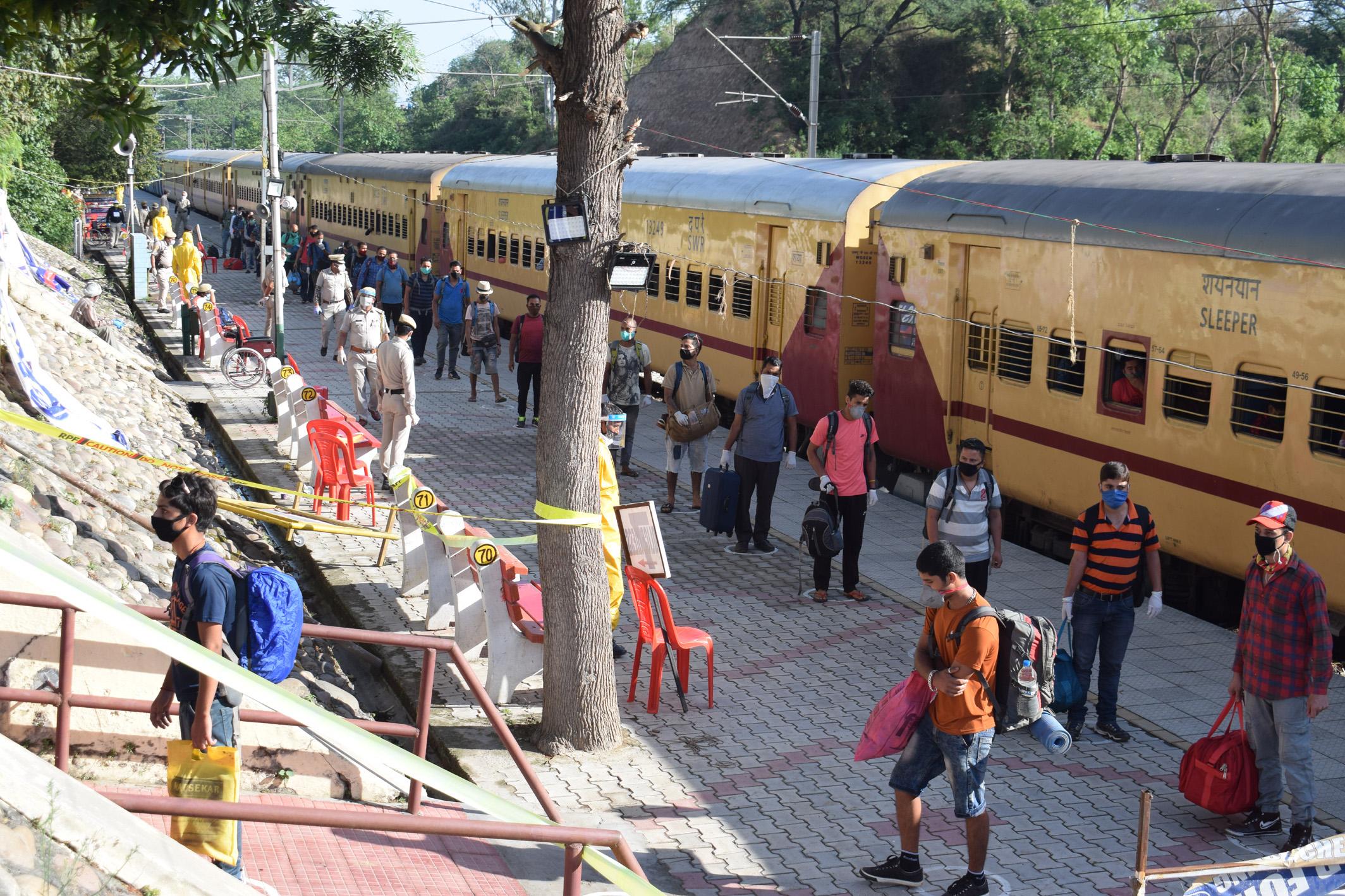1486 हिमाचली गोवा से घर वापस पहुंचे, तालियों से स्टेशन पर हुआ जोरदार स्वागत