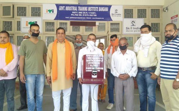 मनीष कुमार ने अपनी माता स्वर्गीय रुकी देवी की याद में औद्योगिक प्रशिक्षण संस्थान को वाटर प्यूरीफायर एलजी का दान में दिया