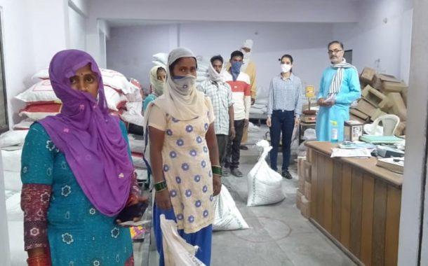 आत्म निर्भर भारत योजना के अंतर्गत गैर हिमाचली प्रवासी भारतीयों को दी हटली कृषि कोऑपरेटिव सोसायटी बंगाणा में मुफ्त चावल ब दाल वितरण
