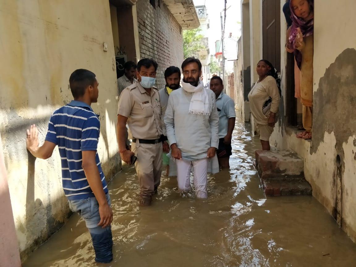 आवर्धन नहर में कटाव होने के कारण रांवर गांव में घुसा पानी, जिला प्रशासन, विधायक ने स्थिति का लिया जायजा