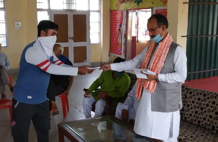 पूर्व भाजपा प्रदेशाध्यक्ष सतपाल सत्ती ने विभिन्न आपदाओं के पीड़तों को राहत राशि के चैक प्रदान किए