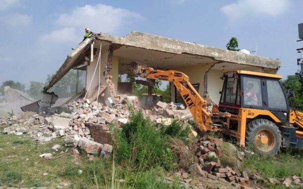 नगर निगम व जिला नगर योजनाकार की संयुक्त कार्रवाई में सैक्टर-32 स्थित टेनिस अकादमी के निकट 2 कॉलोनियो में किए गए अवैध निर्माण को गिराया