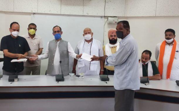पूर्व भाजपा प्रदेशाध्यक्ष सतपाल सत्ती ने27 पीड़िताें को 14.84 लाख रूपये की राहत राशिके चैक प्रदान किए