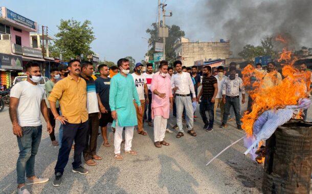 टाहलीवाल में भाजपा युवा मोर्चा ने फूंका कांग्रेस व रंजन का पुतला