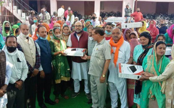 गगरेट से विधायक राजेश ठाकुर ने वितरित किए 198 इंडक्शन व 168 साइकिलें