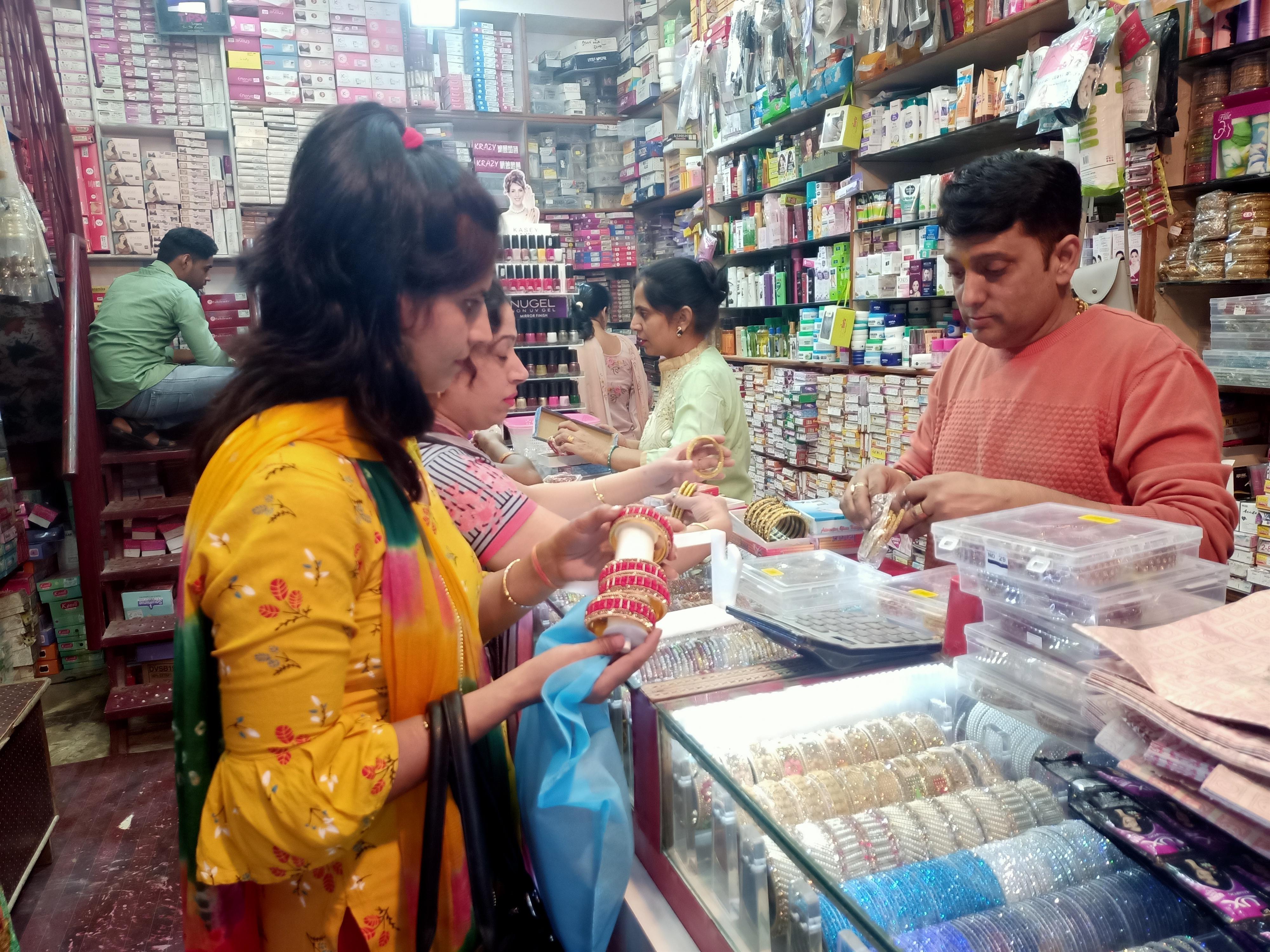 करवा चौथ पर महिलाओं ने की जमकर खरीददारी कोरोना का नहीं दिख रहा कोई असर