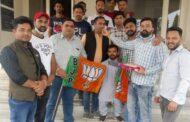 भाजपा युवॉ मोर्चा हरोली मंडल द्वारा टाहलीवाल में पार्टी का 41 वा स्थापना दिवस मनाया मिठाई बांटी