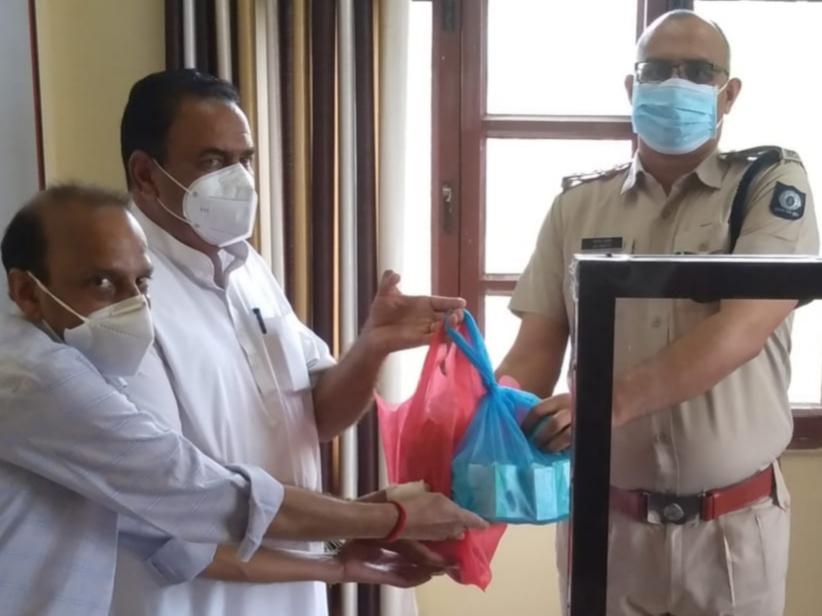 समाजसेवी राणा रणजीत सिंह व हरमिन्दर सिंह चौधरी ने DSP दफ्तर हरोली में पल्स ऑक्सिमीटर, सेनेटाइजर व मास्क भेंट किए